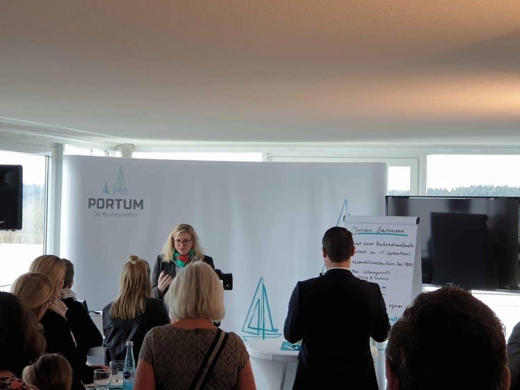 Juliane Bachmann beim Vortrag am Unternehmertag bei Portum Businesshafen