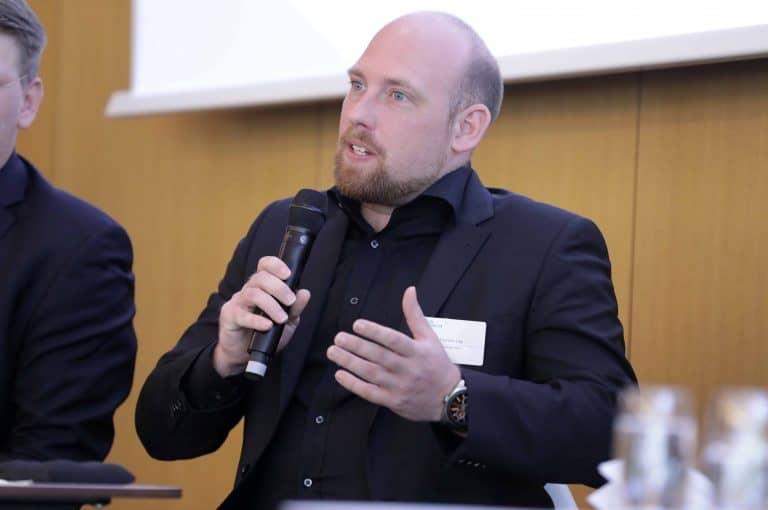 Bild von Dominik Ley bei der Podiumsdiskussion